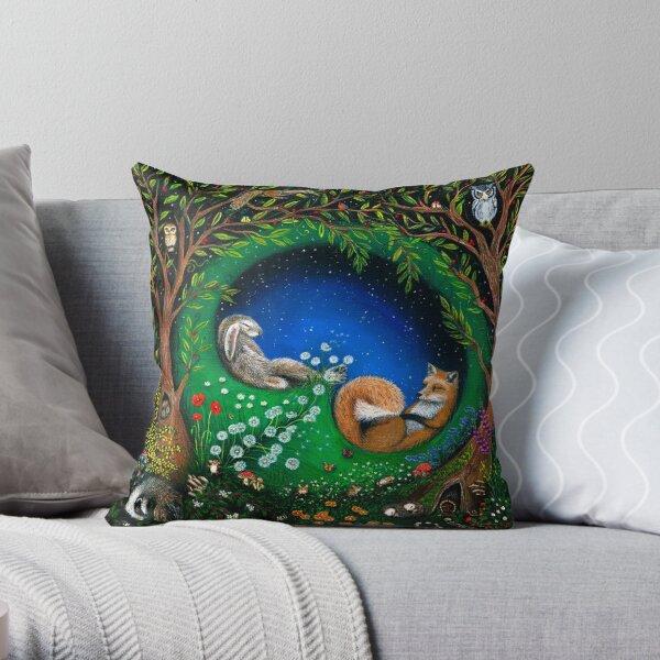 Die Kreaturen schlafen in Frieden und Gelassenheit in der Vormundschaft der magischen Pfauen. Sie träumen von einer freien Welt Dekokissen
