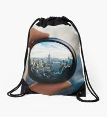 Mochila saco Hombre sosteniendo una lente sobre Manhattan