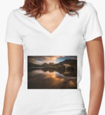 Cradle Mountain Women's Fitted V-Neck T-Shirt