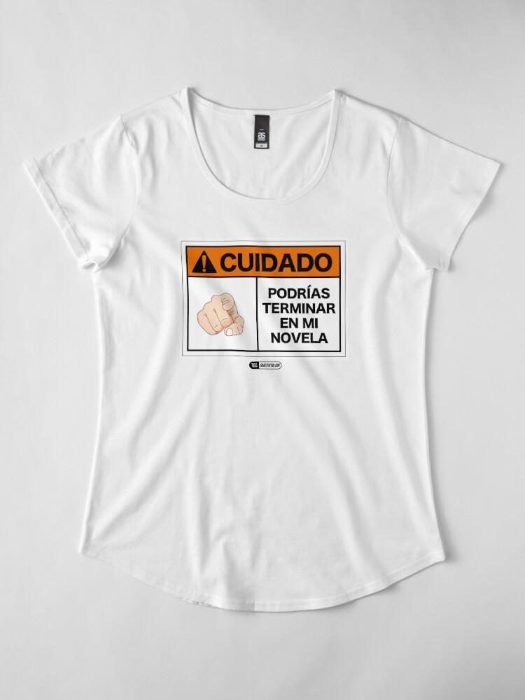 Vista alternativa de Camiseta premium de cuello ancho ¡Cuidado! Podrías terminar en mi novela