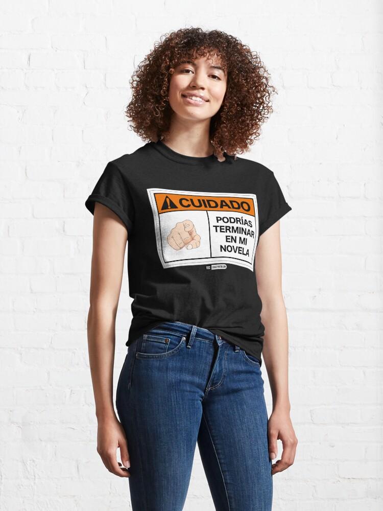 Vista alternativa de Camiseta clásica ¡Cuidado! Podrías terminar en mi novela