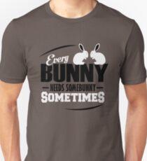 Jeder Bunny braucht manchmal einen Bunny Unisex T-Shirt