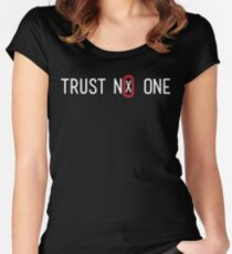 Trust No One Women's Fitted Scoop T-Shirt