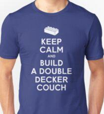 Camiseta ajustada Mantenga la calma y construya un sofá de dos pisos