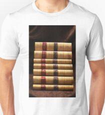 Stapel antike Bücher Slim Fit T-Shirt