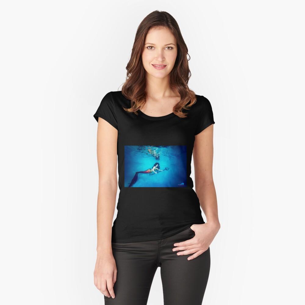 Mermaid Krieger reflektiert unter Wasser Tailliertes Rundhals-Shirt