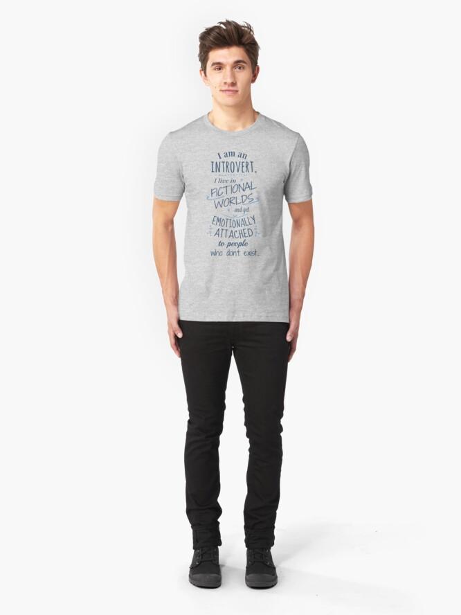 Vista alternativa de Camiseta ajustada mundos introvertidos, ficticios, personajes ficticios