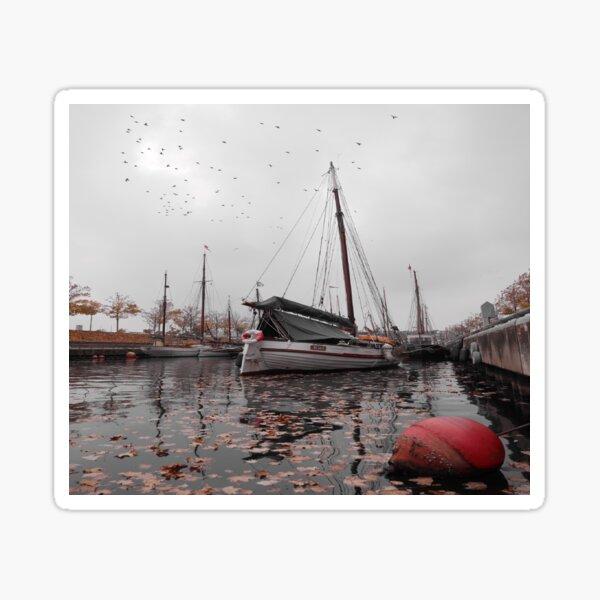 Kiel mit Boje und Schiff im Vordergrund Sticker