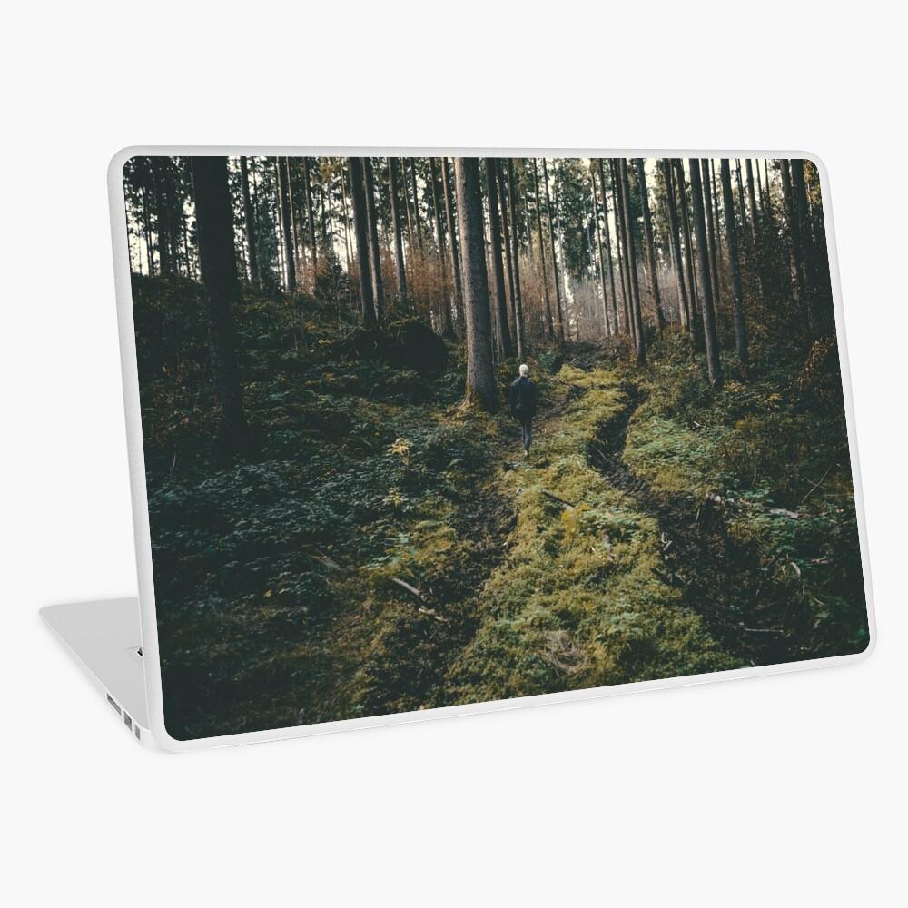 Junge, der durch mystische Waldlandschaftsphotographie geht Laptop Folie