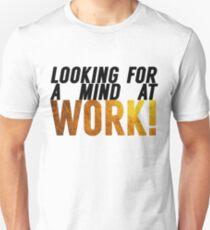 Auf der Suche nach einem Geist bei der Arbeit Slim Fit T-Shirt