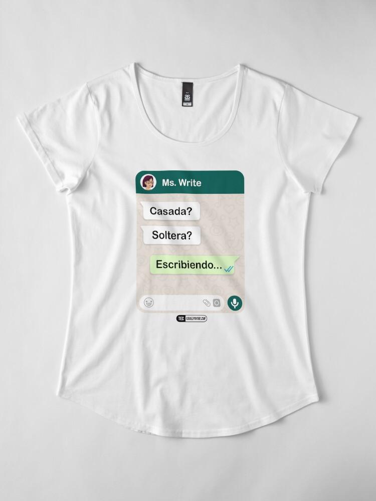 Vista alternativa de Camiseta premium de cuello ancho Casada? Soltera? Escribiendo... Para mujeres lesbianas