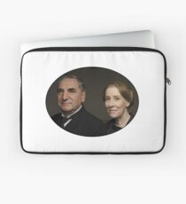 """Mr Carson e Mrs Hughes"" Downton Abbey Laptop Sleeve"