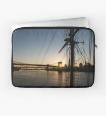 Funda para portátil Tall Ship and Brooklyn Bridge - Iconic New York City Sunrise