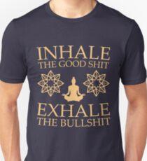 Yoga: Atme die gute Scheiße ein Slim Fit T-Shirt