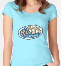 Camiseta entallada de cuello ancho Logotipo de Rico's Surf Shop