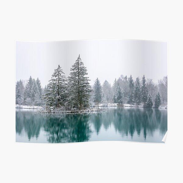 Winterliche Seenlandschaft im Schneefall Poster