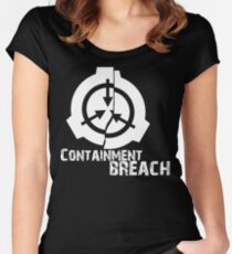 Camiseta entallada de cuello ancho SCP Breach