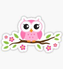 Nette rosa Karikaturbabyeule, die auf einer Niederlassung mit Blättern und Blumen sitzt Sticker