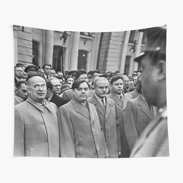 Л. П. Берия смотрит на стоящего напротив В. С. Абакумова. Москва, Белорусский вокзал, 1 сентября 1948 года Фото: Андрей Новиков / Фотоархив журнала «Огонёк» Tapestry