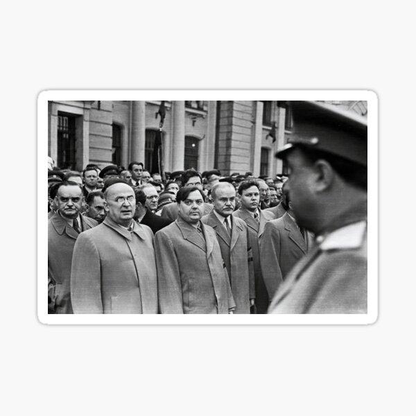 Л. П. Берия смотрит на стоящего напротив В. С. Абакумова. Москва, Белорусский вокзал, 1 сентября 1948 года Фото: Андрей Новиков / Фотоархив журнала «Огонёк» Sticker