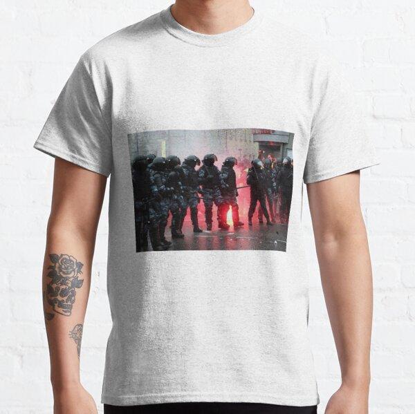 Political Poster, Riot: В Москве, Санкт-Петербурге, Красноярске, Владивостоке и других городах полиция и Росгвардия применили силу. Classic T-Shirt