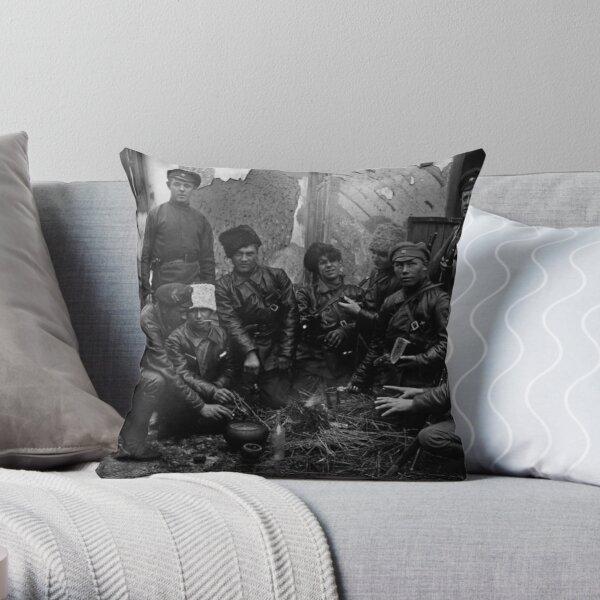Russian Civil War: Обед красноармейцев у костра Южный фронт Дата съемки: 1919 год Throw Pillow