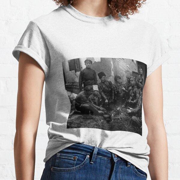 Russian Civil War: Обед красноармейцев у костра Южный фронт Дата съемки: 1919 год Classic T-Shirt