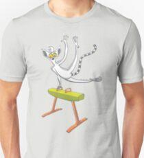 Kühler Lemur, der auf einem Pauschenpferd trainiert Slim Fit T-Shirt