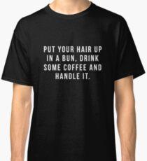 Camiseta clásica Poner el cabello en un moño, beber un poco de café y manejarlo.