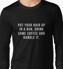 Setzen Sie Ihr Haar in ein Brötchen, trinken Sie etwas Kaffee und behandeln Sie es. Langarmshirt