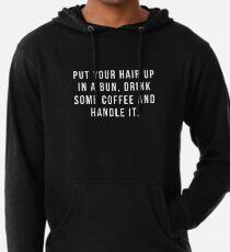 Setzen Sie Ihr Haar in ein Brötchen, trinken Sie etwas Kaffee und behandeln Sie es. Leichter Hoodie
