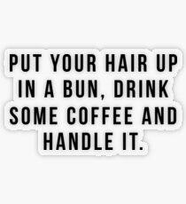 Pegatina transparente Poner el cabello en un moño, beber un poco de café y manejarlo.