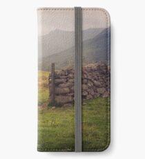 Nevis Mountian range iPhone Flip-Case/Hülle/Skin