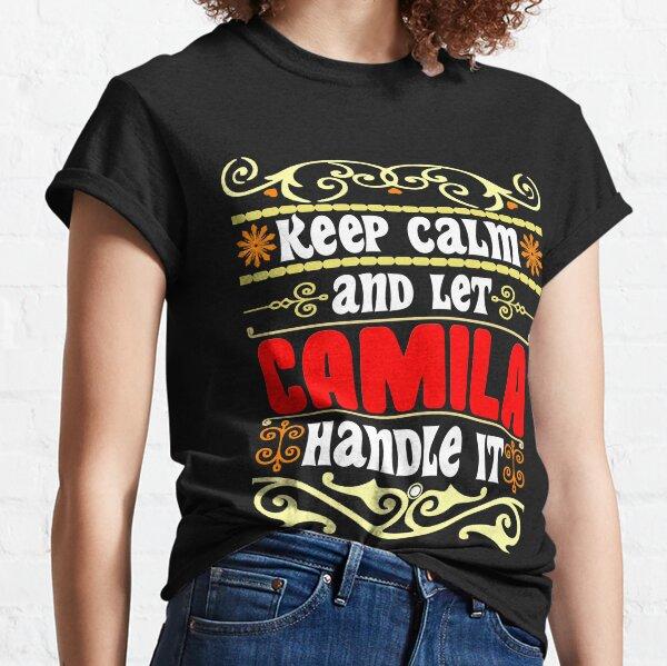 Mantenga la calma y deje que Camila se encargue, nombre Camila Camiseta clásica