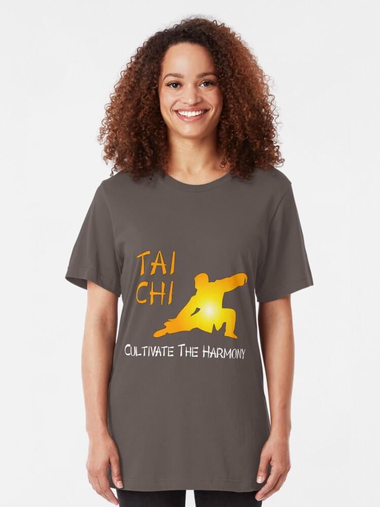 Vista alternativa de Camiseta ajustada Tai Chi - Cultivar la armonía (fondo negro)