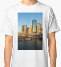 Camiseta clásica Early Morning Harbor - Lower Manhattan Skyline and South Street Seaport Historic Ships