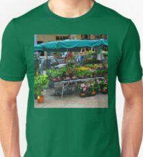 VENTE DE FLEURS SOUS LA PLUIE T-Shirt