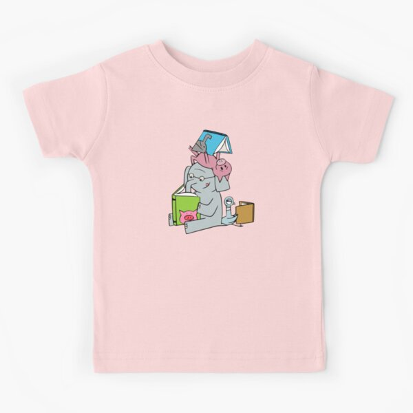 Elephant and Piggie reading. Gerald and Piggie.  Kids T-Shirt