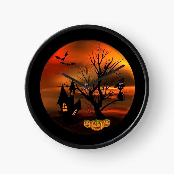 Halloween Katze mit Zauberhut in einem blattlosen Baum, leuchtende Kürbisse, Fledermäuse und eine alte Villa Uhr