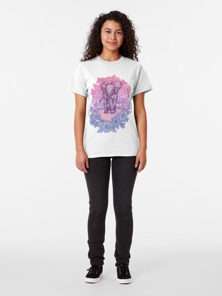 Alternative Ansicht von Niedlicher Baby-Elefant in rosa, lila und blau Classic T-Shirt