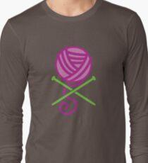 DANGEROUS knitter! Knitting wool ball and Needles crossbones in purple T-Shirt