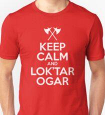 Bleib ruhig und Lok'tar Ogar Slim Fit T-Shirt