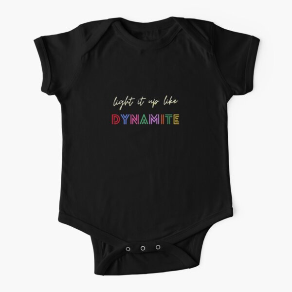 Ilumina como dinamita BTS letras negras Body de manga corta para bebé