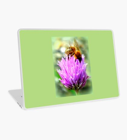Bee on chive flower Laptop Skin