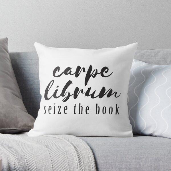 Carpe Librum: Ergreifen Sie das Buchdesign Dekokissen