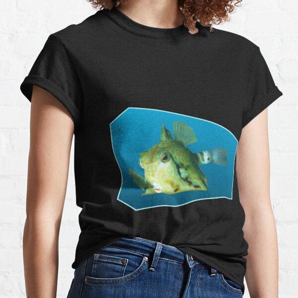 Fischmotiv | Kofferfisch schwebt vor blauem Hintergrund |  Classic T-Shirt