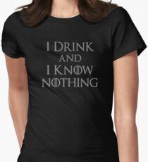 Ich trinke und ich weiß nichts Tailliertes T-Shirt für Frauen
