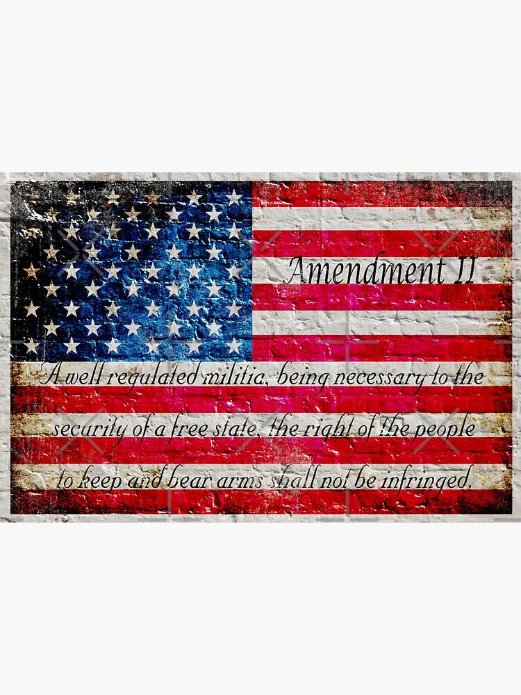 Beunruhigte amerikanische Flagge und zweite Änderung auf weißer Ziegelstein-Wand von MolonLabeArt