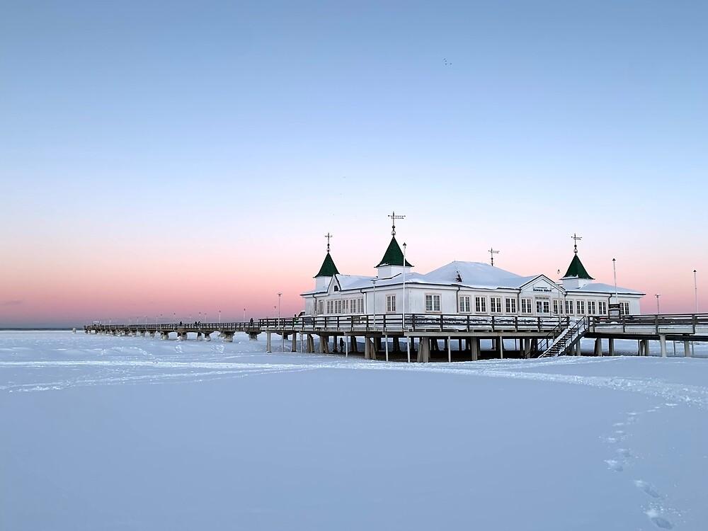 Ahlbeck in the snow light, Usedom by Leander Wattig