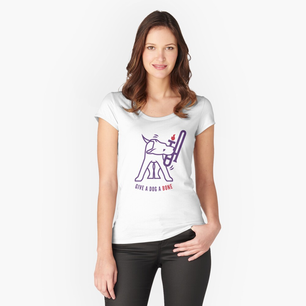 Dale a un perro un hueso Camiseta entallada de cuello ancho